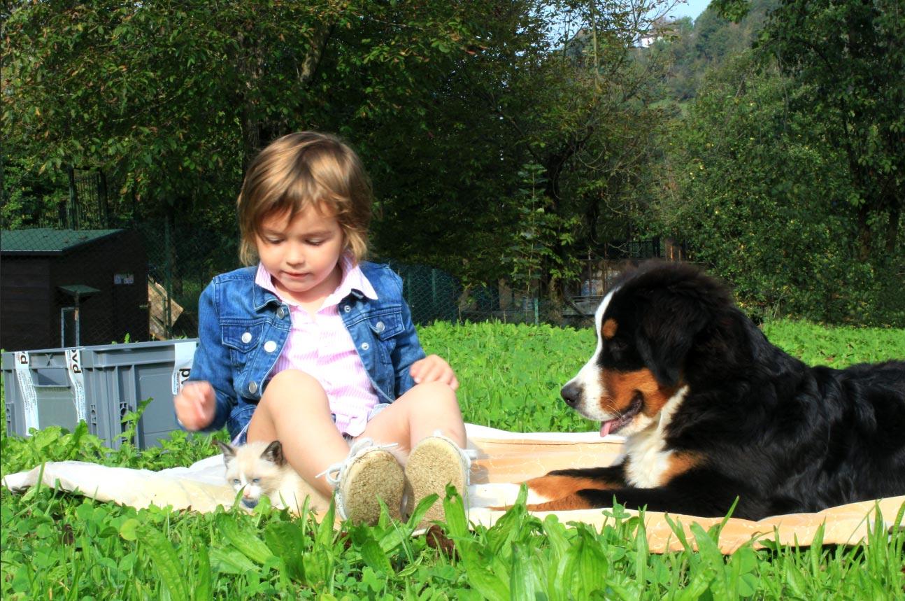 Bambina nel prato per lavorazione PVD a zero impatto ambientale